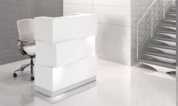 Die Empfangstheke Cube in weiss versetzt mit led Beleuchtung und Sockel