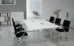 konferenztisch confuse in weiss und schwarzen konferenzstuehlen