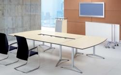 konferenztisch option in beige holz mit zwei schwarzen konferenzstuehlen