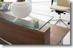 Empfangstheke Perfect mit satinierter glasauflage und alu dekorsreifen detail