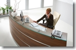 Empfangstheke Perfect mit satinierter glasauflage und alu dekorsreifen draufsicht