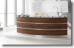 Empfangstheke Perfect mit satinierter glasauflage und alu dekorsreifen vorderansicht
