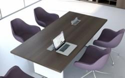 konferenztisch me2 tischplatte in holz und beine in weiss mit lila sessel